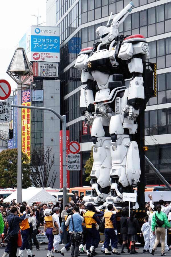 [Anime/Video] Paseando a un Ingram por las calles de Tokio.