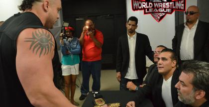 El León Apolo (Izquierda) reta a Alberto El Patrón por el Campeonato Mundial de la WWL, durante la Conferencia de Prensa, luego de Guerra de Reyes